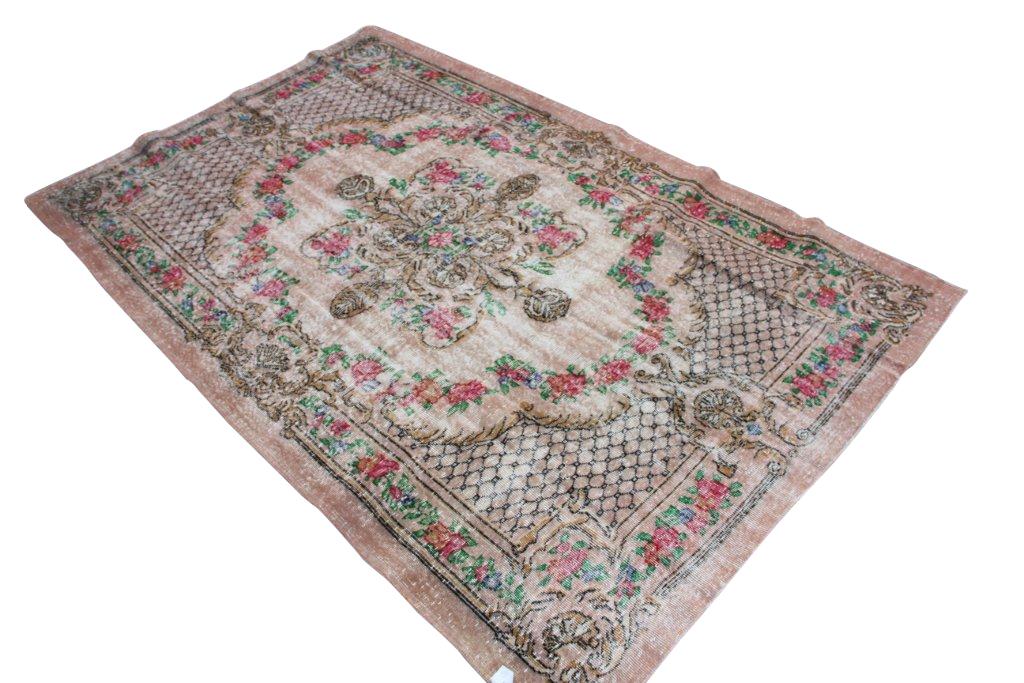 Recoloured klassiek vloerkleed nr 1013 ( 197cm x 299cm) tapijt wat een nieuwe hippe trendy kleur heeft gekregen.