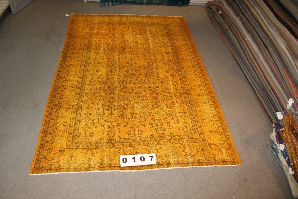 Recoloured klassiek vloerkleed nr 107 (300cm x 200cm) tapijt wat een nieuwe hippe trendy kleur heeft gekregen.