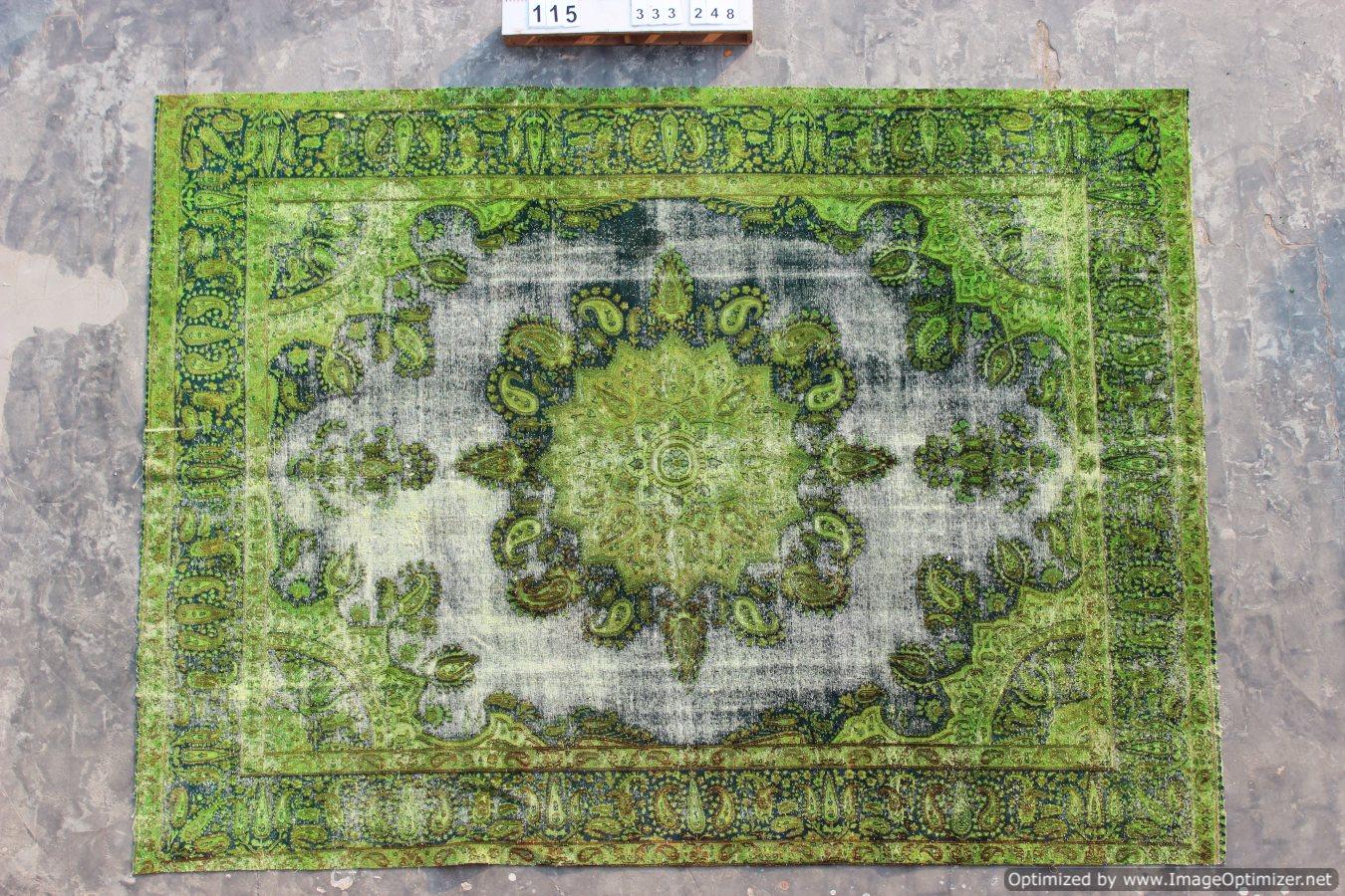 Recoloured klassiek vloerkleed nr 333 ( 333cm x 258cm) tapijt wat een nieuwe hippe trendy kleur heeft gekregen.