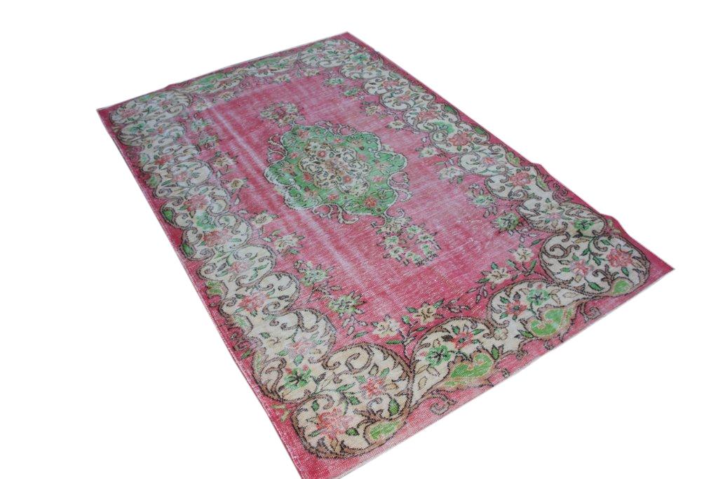 Recoloured klassiek vloerkleed nr 1161 (292cm x 188cm) tapijt wat een nieuwe hippe trendy kleur heeft gekregen.
