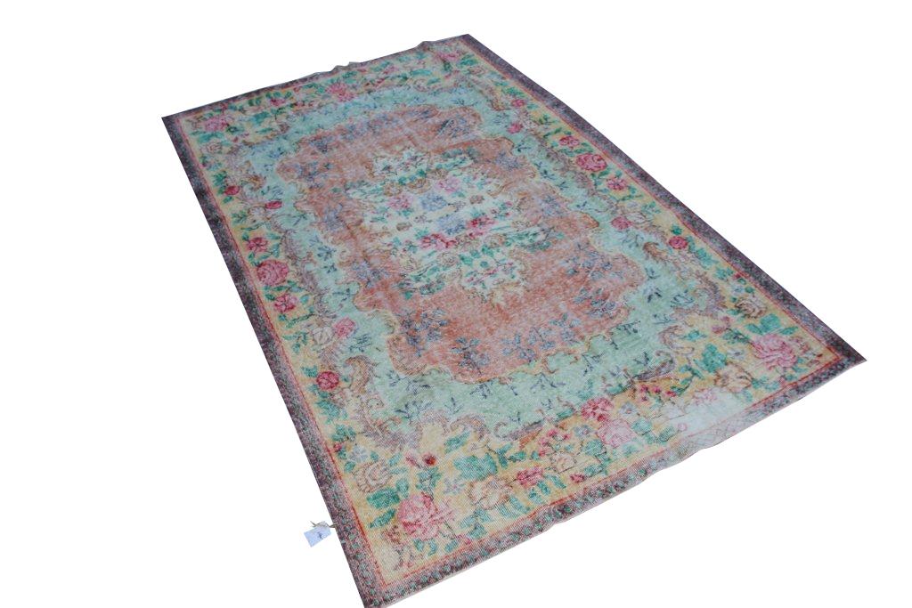Recoloured klassiek vloerkleed nr 1195 (276cm x 176cm) tapijt wat een nieuwe hippe trendy kleur heeft gekregen.
