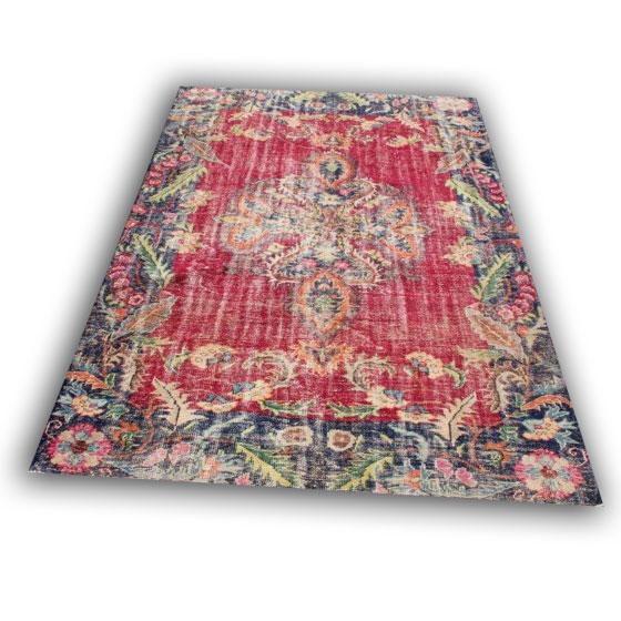 Vintage perzisch tapijt rood/zwart 11989 (292cmx 204cm) Dit vloerkleed ligt bij Silo 6 in Harderwijk.