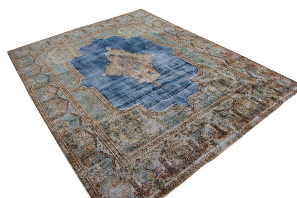 Recoloured klassiek vloerkleed nr 120022 (374cm x 293cm) Dit vloerkleed ligt bij Silo 6 in harderwijk, u kunt het online bij ons bestellen.