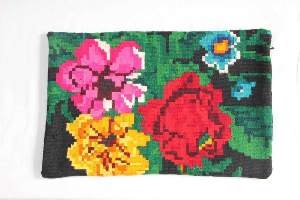 Rozenkelim kussen nr 12030     (60cm x 40cm) Kussen gemaakt van authentieke rozenkelim, inclusief binnenkussen