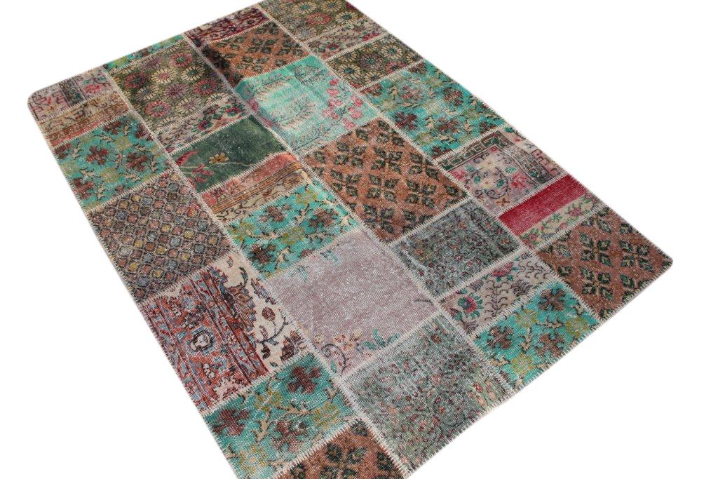 Patchwork vloerkleed uit Turkije 240cm x 170cm, no 1268 handgemaakt van oude Turkse kleden met bloemen.