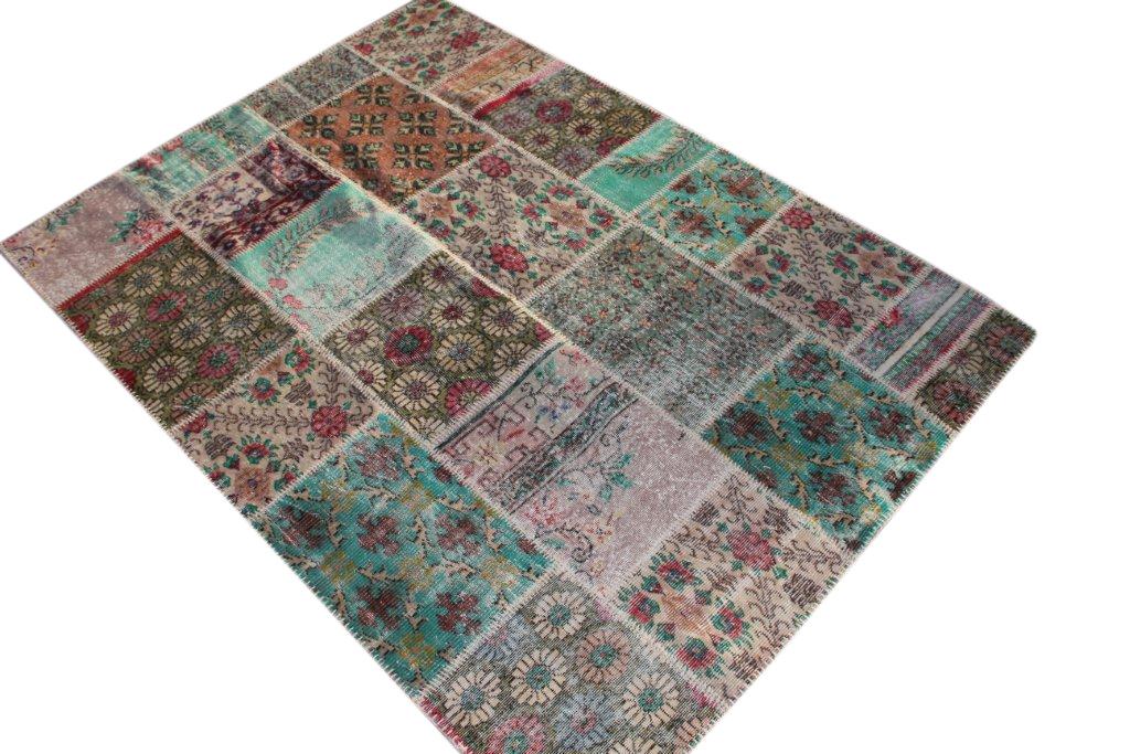 Patchwork vloerkleed uit Turkije 240cm x 170cm, no 1269 handgemaakt van oude Turkse kleden met bloemen.