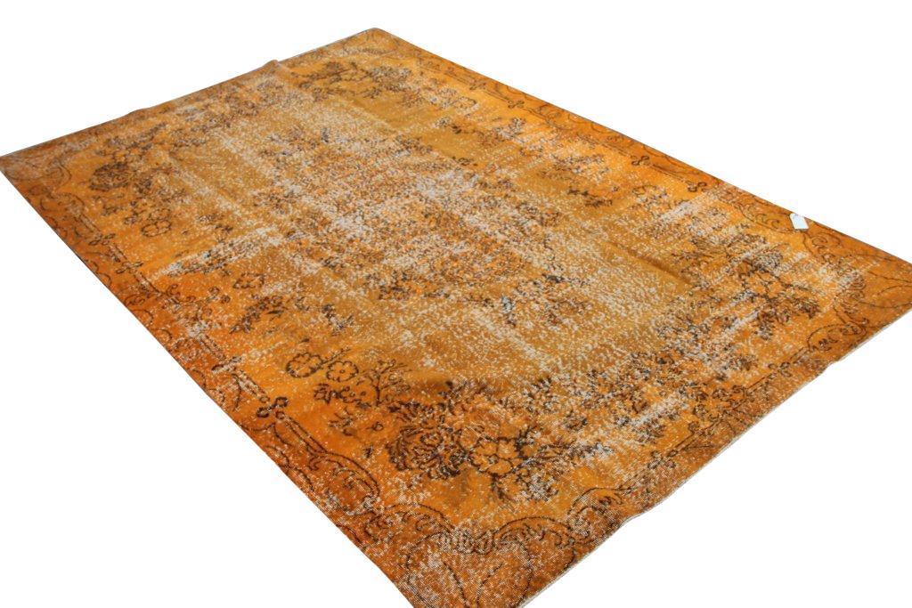 Oranje vloerkleed 1272   (325cm x 216cm) groot vloerkleed wat een nieuwe hippe trendy kleur heeft gekregen.