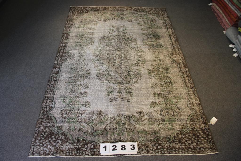 Grijs groen vloerkleed 1283   (273cm x 172cm) groot vloerkleed wat een nieuwe hippe trendy kleur heeft gekregen.