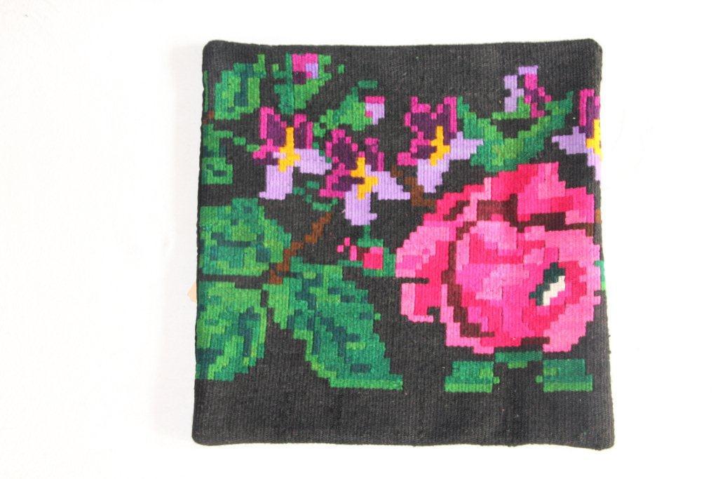 Rozenkelim kussen nr 13015     (45 cm x 45 cm) Kussen gemaakt van authentieke rozenkelim, inclusief binnenkussen