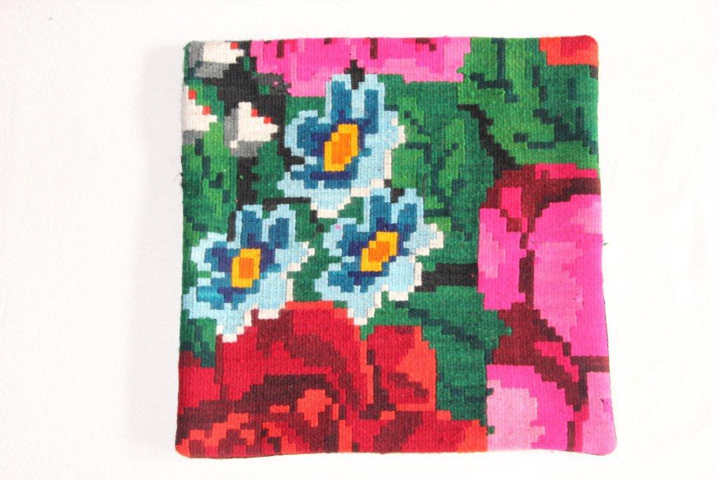 Rozenkelim kussen nr 13016     (45 cm x 45 cm) Kussen gemaakt van authentieke rozenkelim, inclusief binnenkussen