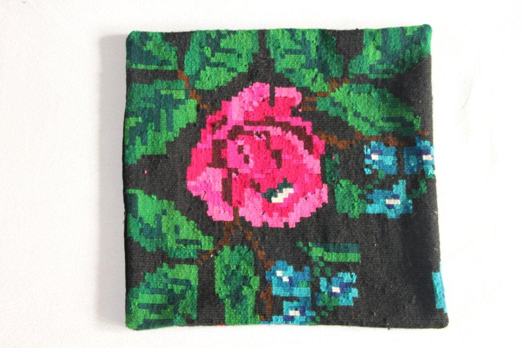 Rozenkelim kussen nr 13019     (45 cm x 45 cm) Kussen gemaakt van authentieke rozenkelim, inclusief binnenkussen