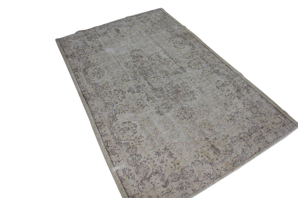 Recoloured klassiek vloerkleed nr 135  ( 275cm x 175cm) tapijt wat een nieuwe hippe trendy kleur heeft gekregen.
