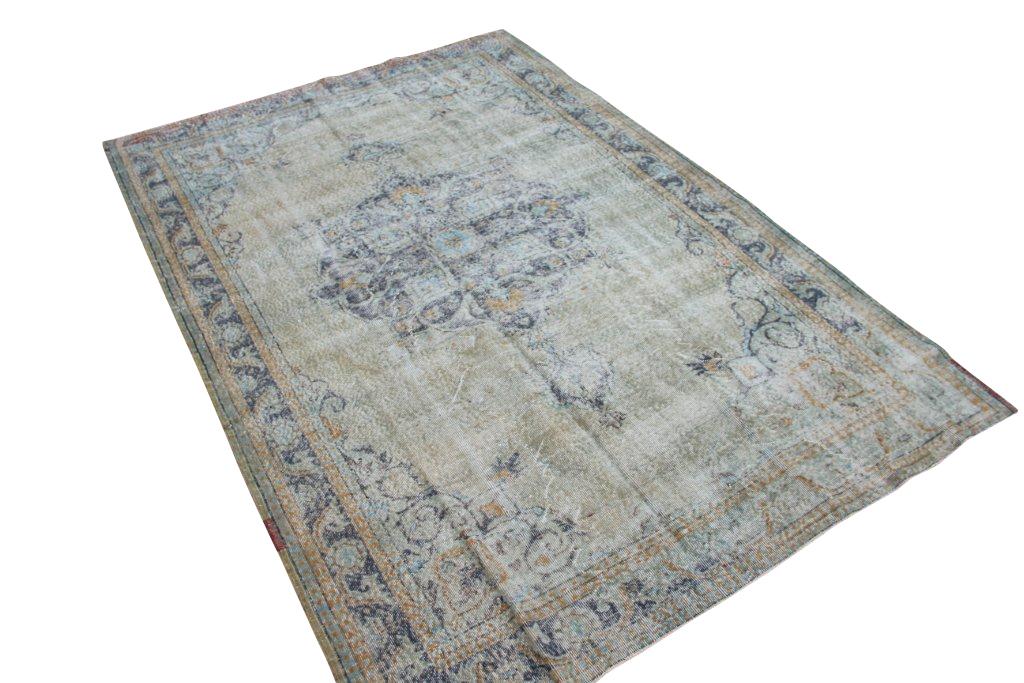 Vintage tapijt no 1373 (315cm x 214cm) vloerkleed wat een nieuwe hippe trendy kleur heeft gekregen.