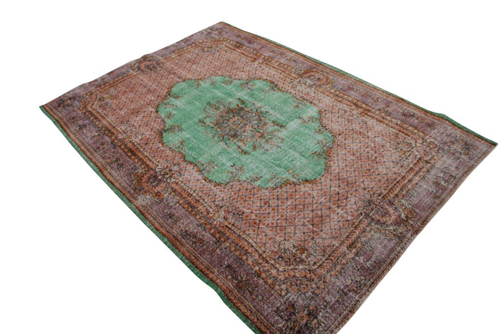 Vintage tapijt no 1376 (303cm x 219cm) vloerkleed wat een nieuwe hippe trendy kleur heeft gekregen.