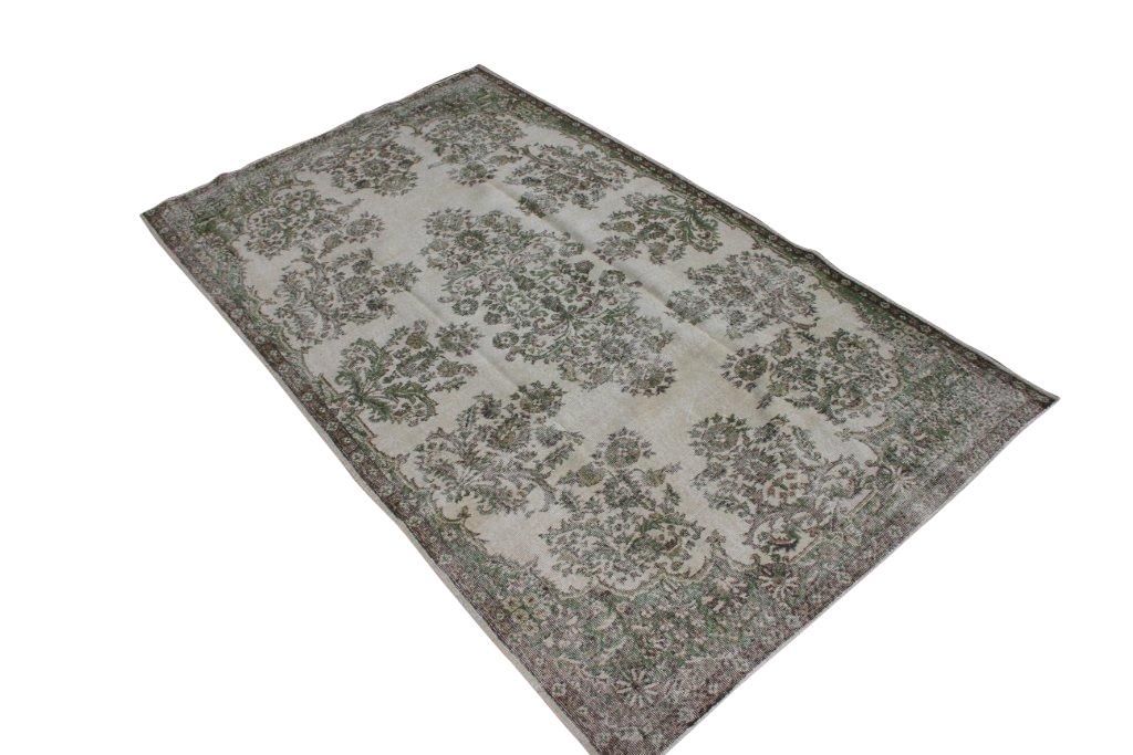 Zand recoloured klassiek vloerkleed nr 139  ( 284cm x 164cm) tapijt wat een nieuwe hippe trendy kleur heeft gekregen.