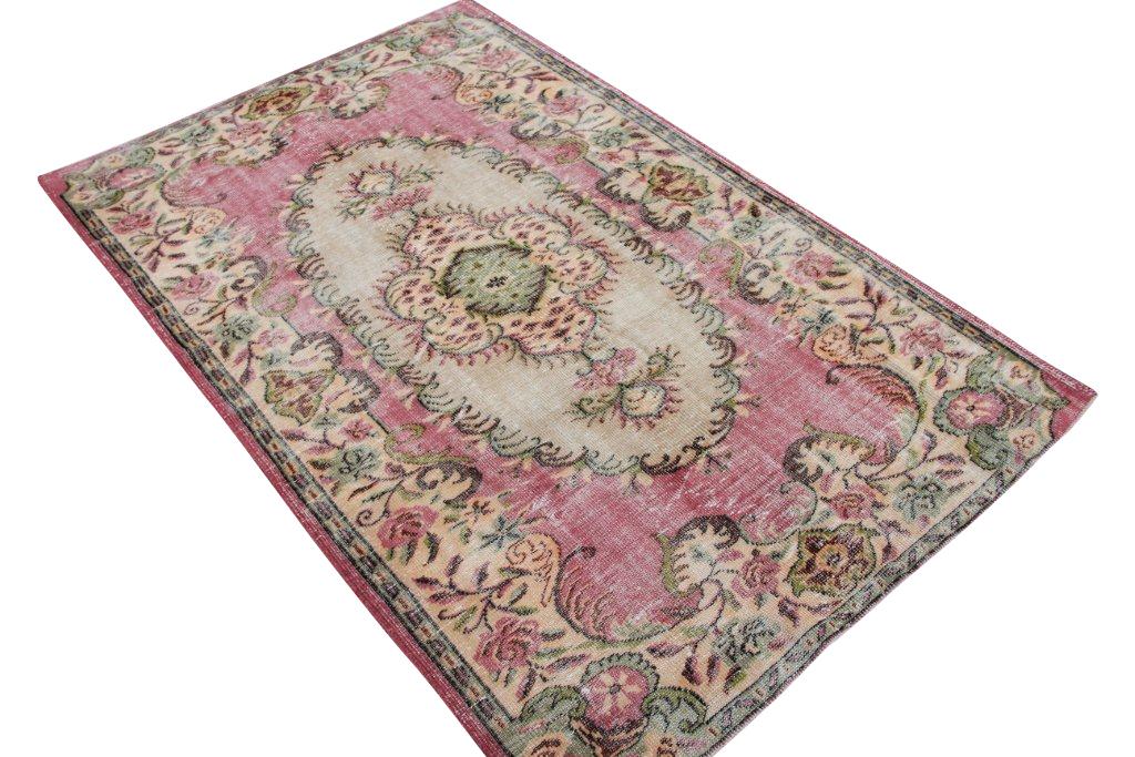 Vintage tapijt no 1394 (251cm x 166cm) vloerkleed wat een nieuwe hippe trendy kleur heeft gekregen.