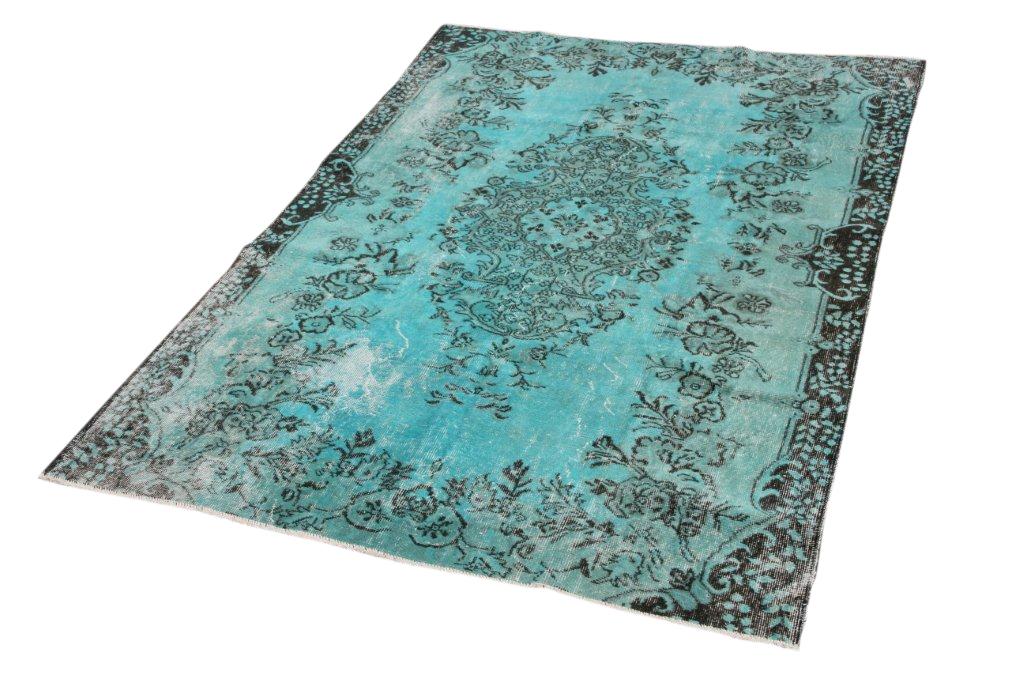 Recoloured vintage vloerkleed 143    (238cm x 172cm) Oud tapijt wat een nieuwe hippe trendy kleur heeft gekregen.