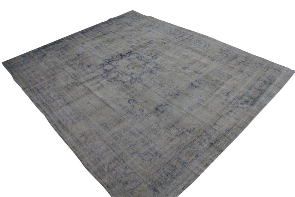 Vintage tapijt no 1557 (362cm x 296cm) vloerkleed wat een nieuwe hippe trendy kleur heeft gekregen.