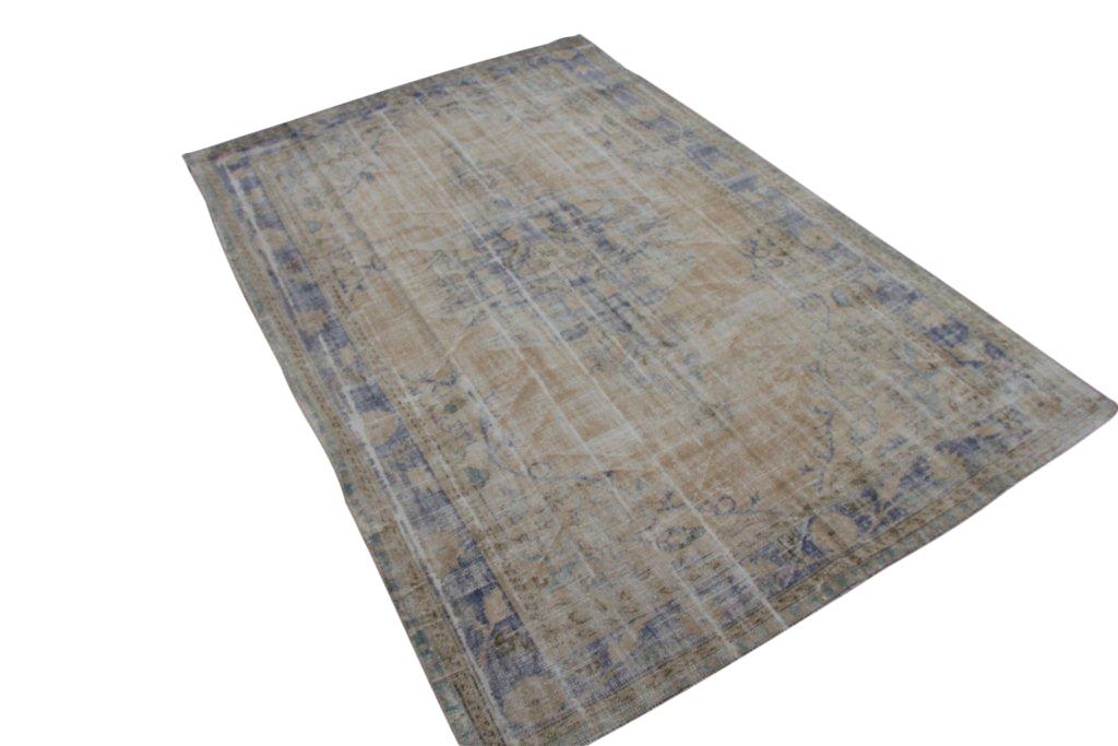 Vintage tapijt no 1578 (304cm x 206cm) vloerkleed wat een nieuwe hippe trendy kleur heeft gekregen.