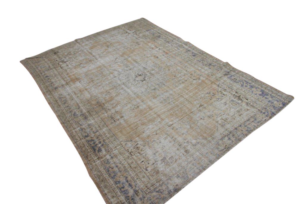Vintage tapijt no 1581 (316cm x 231cm) vloerkleed wat een nieuwe hippe trendy kleur heeft gekregen.
