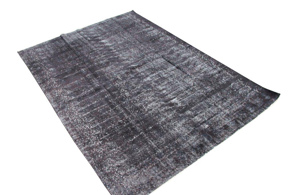 Zwart authentiek tapijt no 1639 (294cm x 213cm) vloerkleed wat een nieuwe hippe trendy kleur heeft gekregen.