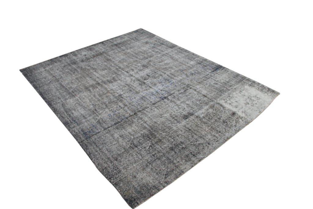 Authentieke tapijt no 1641 (315cm x 234cm) vloerkleed wat een nieuwe hippe trendy kleur heeft gekregen.