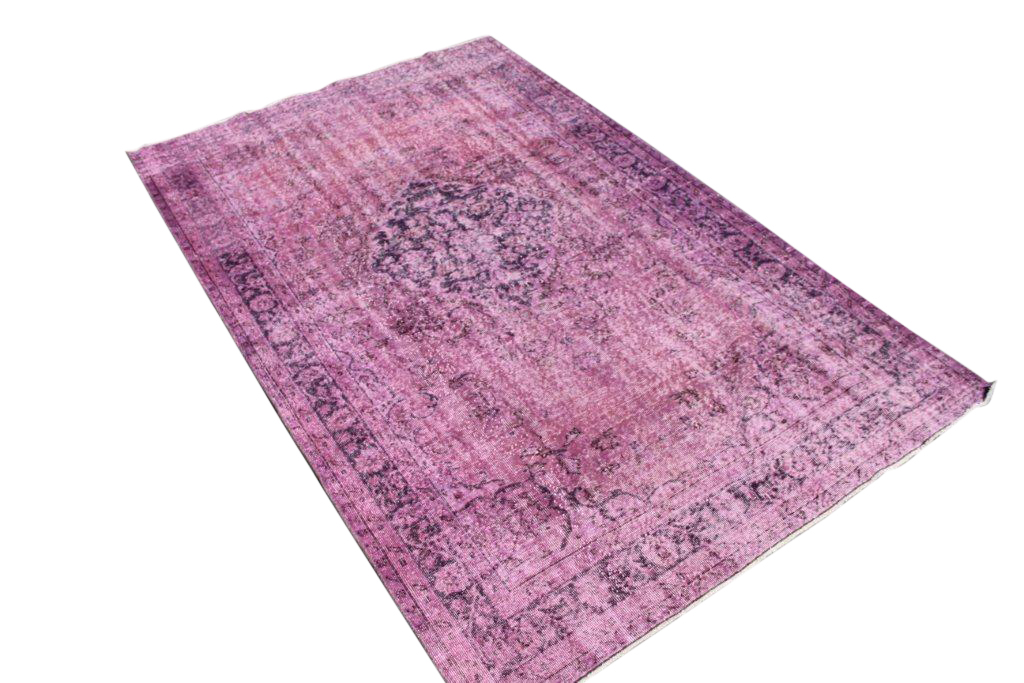 Roze recoloured vintage tapijt no 1662 (290cm x 182cm) vloerkleed wat een nieuwe hippe trendy kleur heeft gekregen.