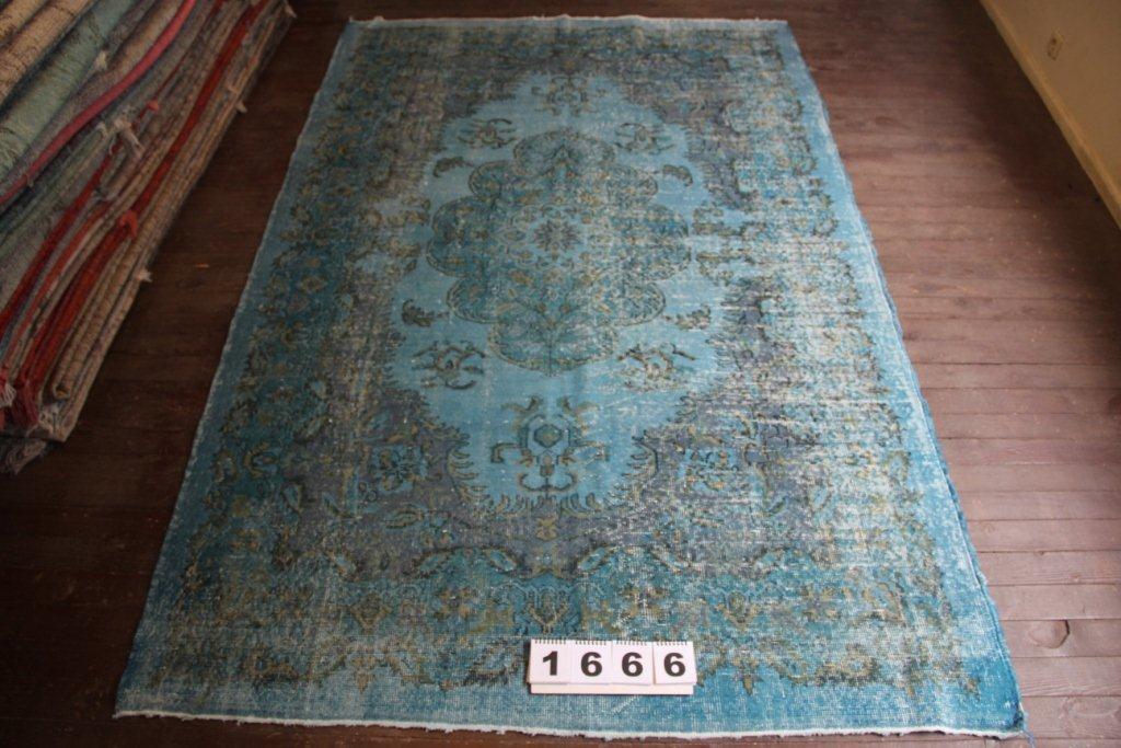 Turquoise recoloured vintage vloerkleed no 1666 (290cm x 186cm) vloerkleed wat een nieuwe hippe trendy kleur heeft gekregen.