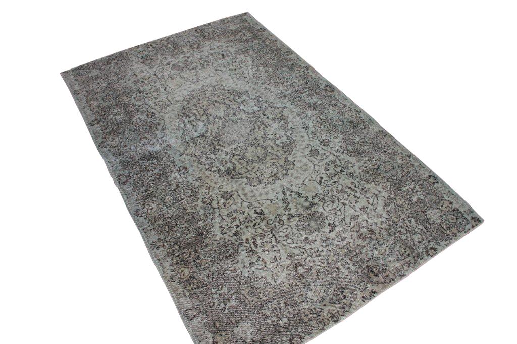 Recoloured klassiek vloerkleed nr 189 ( 263cm x 165cm) tapijt wat een nieuwe hippe trendy kleur heeft gekregen.