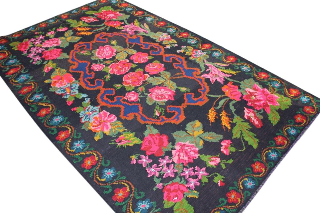 Kelim met rozen nr 228 (363cm x 225cm) Handgeweven kelim in perfecte staat 30 tot 80 jaar oud.