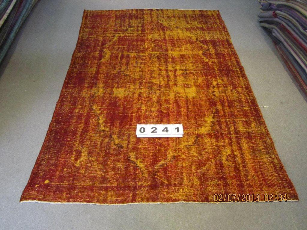 Recoloured klassiek vloerkleed nr 241 (253 cm x 165 cm) tapijt wat een nieuwe hippe trendy kleur heeft gekregen.