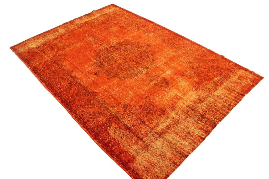 Recoloured vintage oranje vloerkleed nr250      (315cm x  220cm) tapijt wat een nieuwe hippe trendy kleur heeft gekregen.