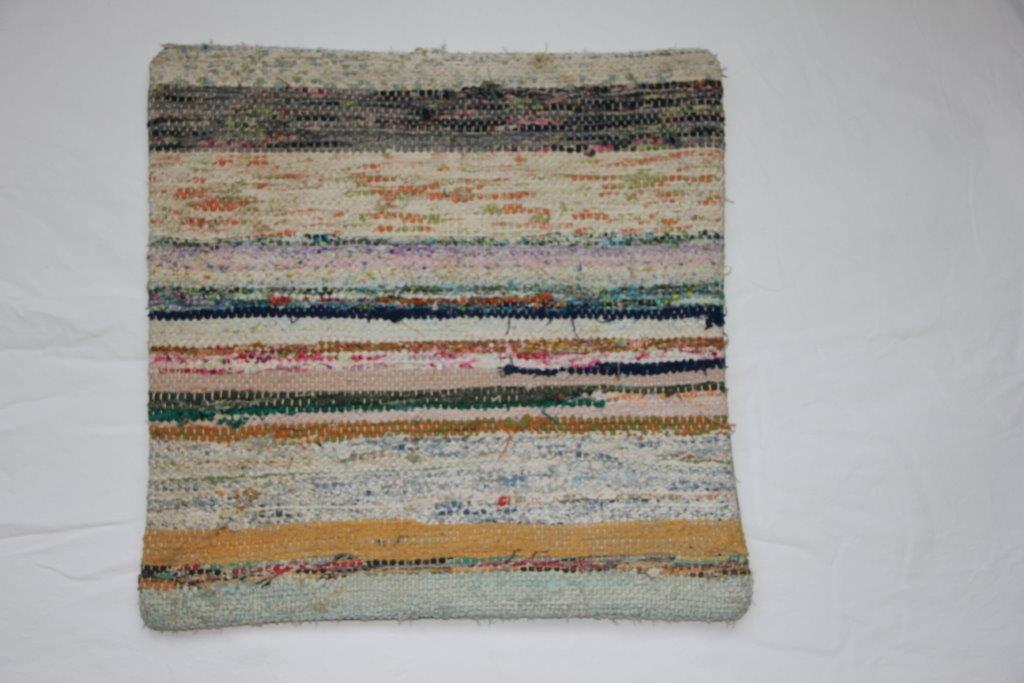 Rag kussen  45cm x 45cm, gemaakt van allemaal stukjes stof  nr 260 wordt geleverd incl. binnenkussen