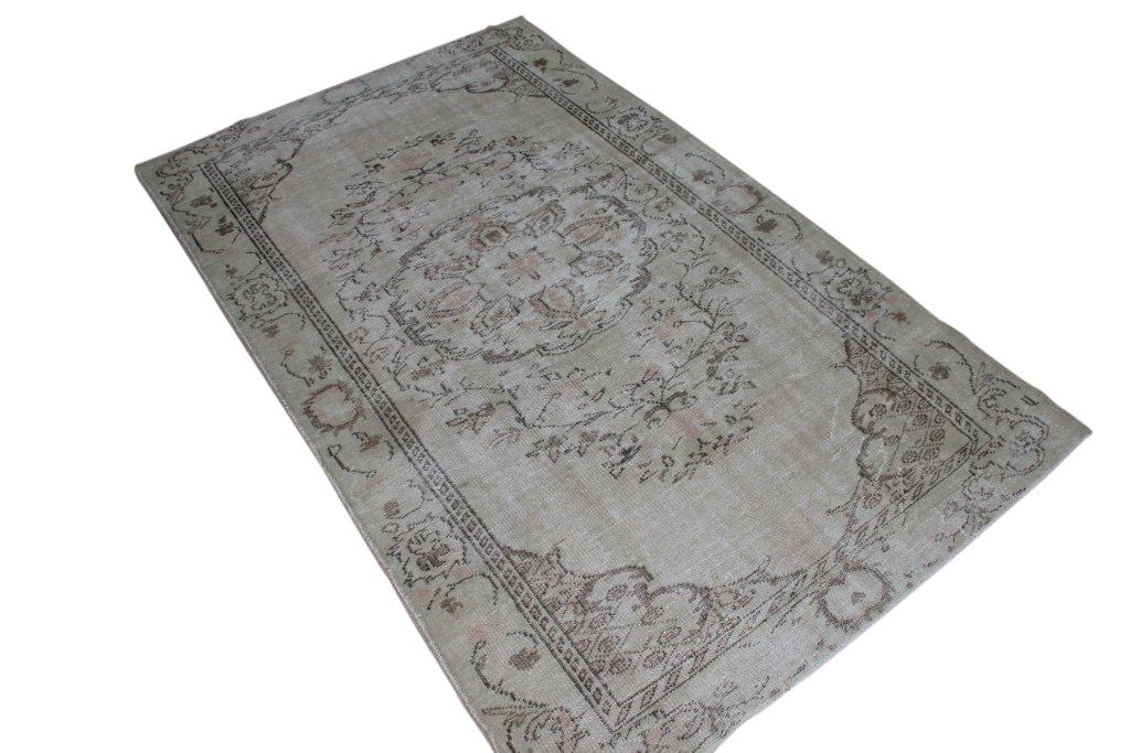 Recoloured klassiek vloerkleed nr 144 ( 260cm x 161cm) tapijt wat een nieuwe hippe trendy kleur heeft gekregen.