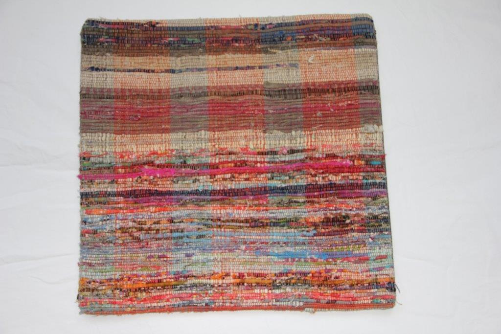 Rag kussen  45cm x 45cm, gemaakt van allemaal stukjes stof  nr 261 wordt geleverd incl. binnenkussen