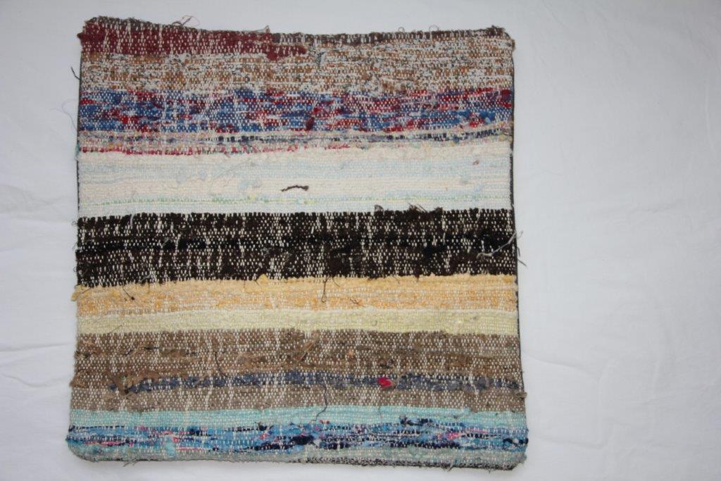 Rag kussen  45cm x 45cm, gemaakt van allemaal stukjes stof  nr 262 wordt geleverd incl. binnenkussen