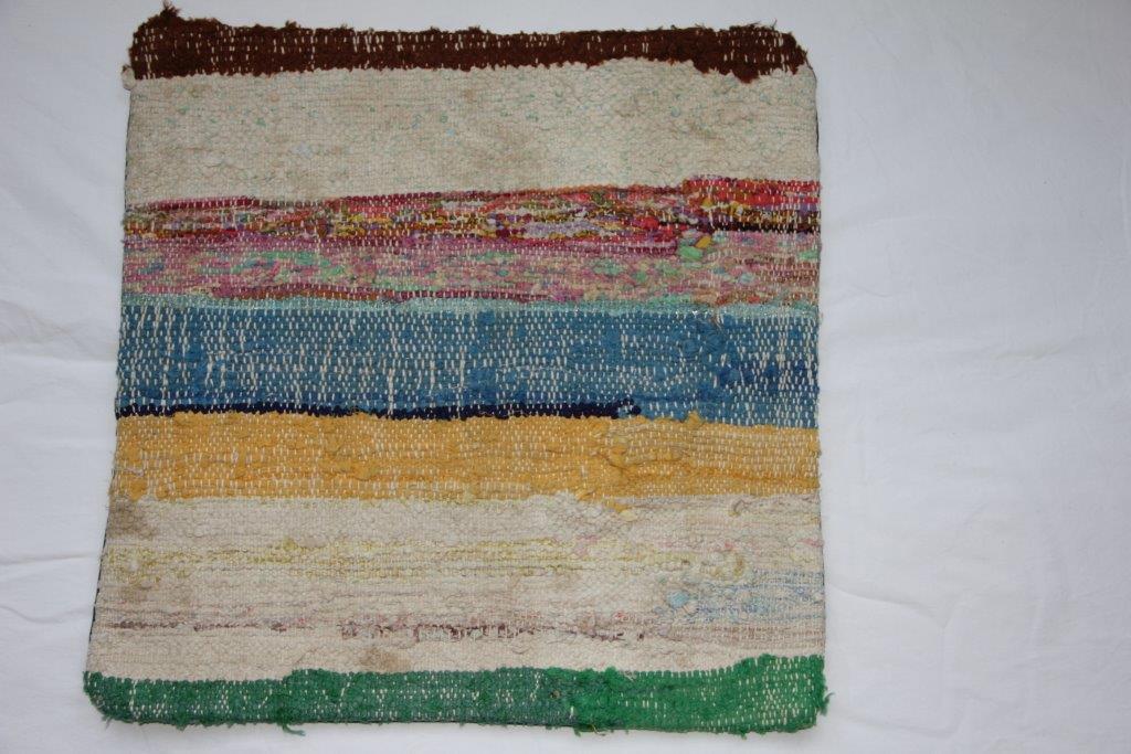 Rag kussen  45cm x 45cm, gemaakt van allemaal stukjes stof  nr 264 wordt geleverd incl. binnenkussen
