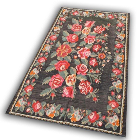 Kelim met rode rozen 266 (260cm x 170cm) U kunt dit kleed bekijken en kopen bij Silo 6 in Harderwijk