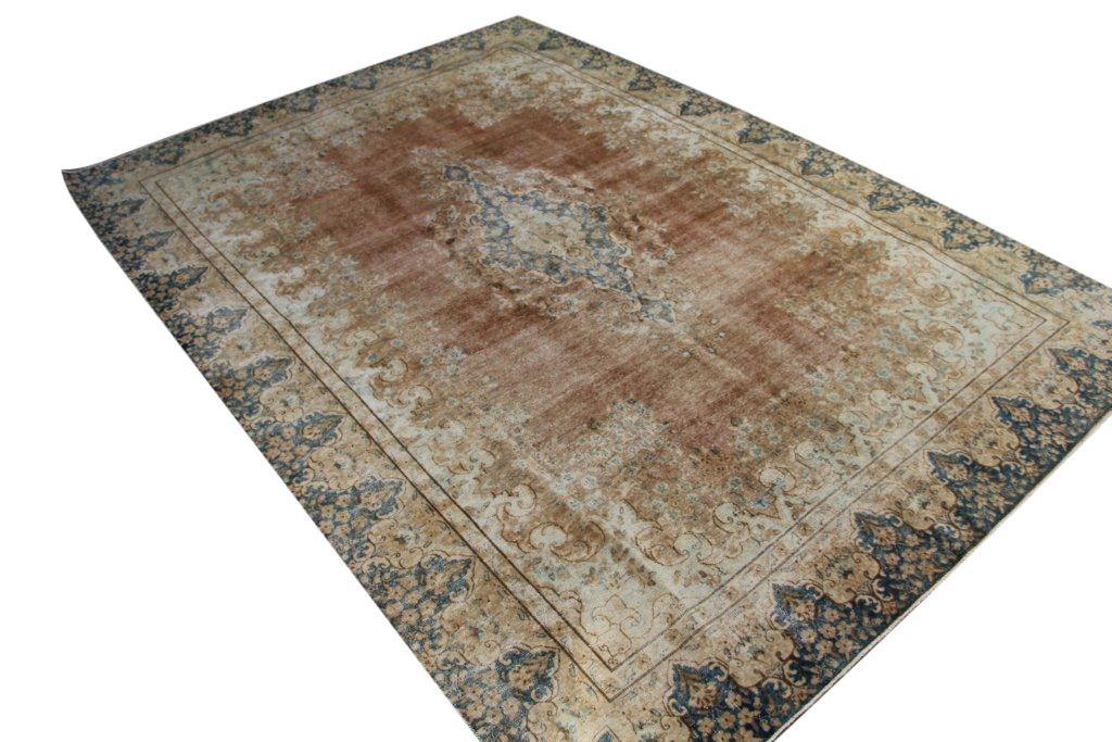 Authentiek recoloured vloerkleed nr 29273 (373cm x 264cm) tapijt wat een nieuwe hippe trendy kleur heeft gekregen.