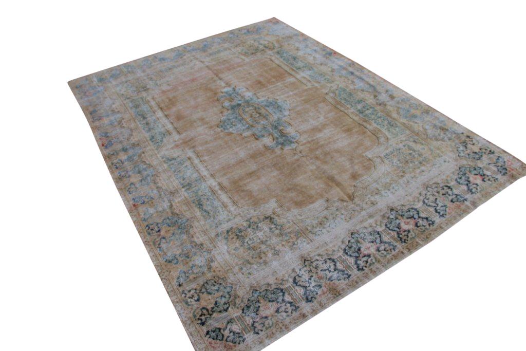 Recoloured klassiek vloerkleed nr 305 (339cm x 250cm) tapijt wat een nieuwe hippe trendy kleur heeft gekregen.