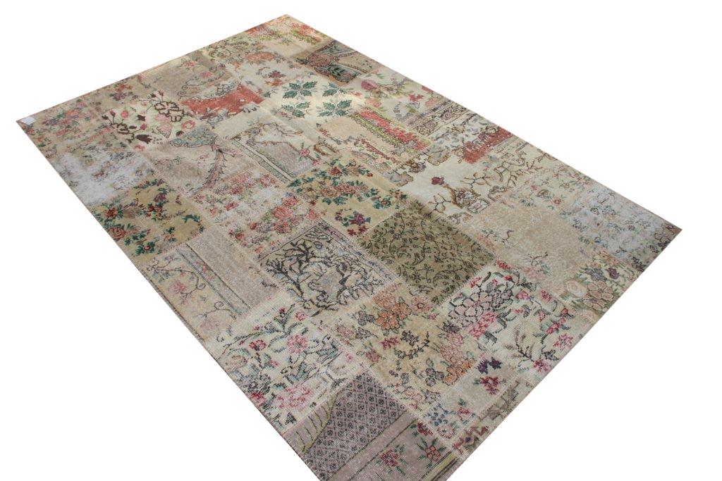 Patchwork vloerkleed uit Turkije 300cm x 200cm, no 3050 gemaakt uit oude Turkse kleden met bloemen.