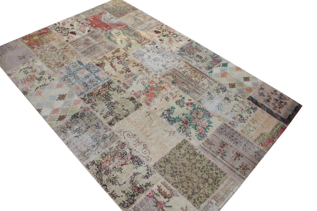 Patchwork vloerkleed uit Turkije 300cm x 200cm, no 3051 gemaakt uit oude Turkse kleden met bloemen.
