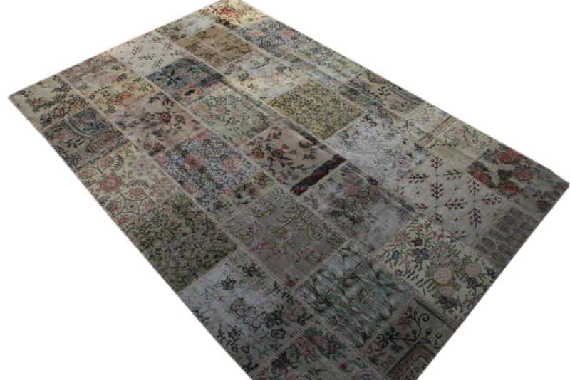 Patchwork vloerkleed uit Turkije 300cm x 200cm, no 3053 gemaakt uit oude Turkse kleden met bloemen.