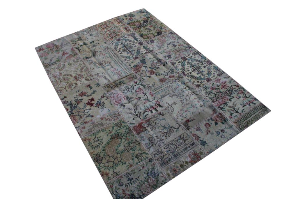 Patchwork vloerkleed uit Turkije 240cm x 170cm, no 3056 handgemaakt van oude Turkse kleden met bloemen.