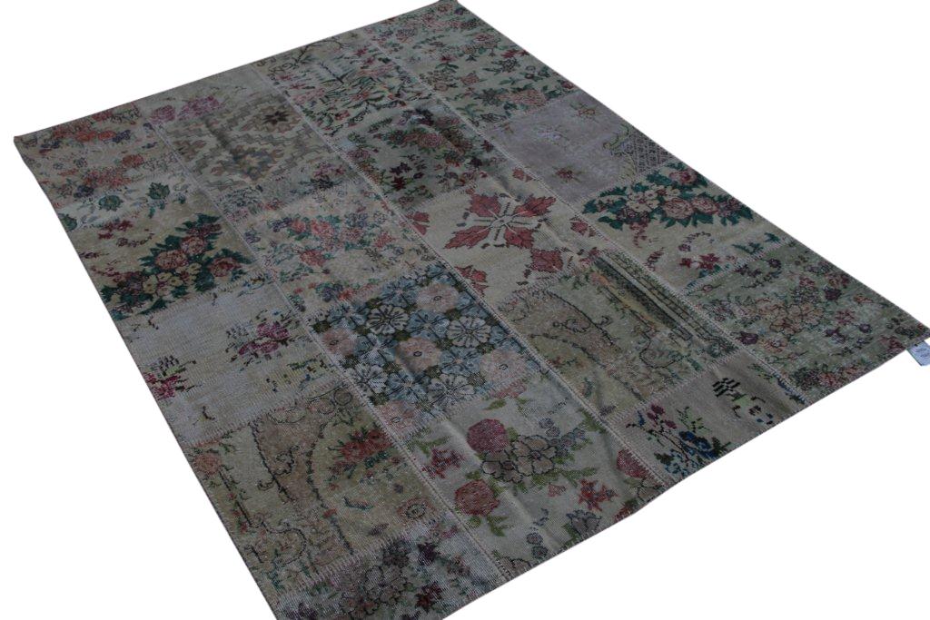 Patchwork vloerkleed uit Turkije 240cm x 180cm, no 3063 handgemaakt van oude Turkse kleden met bloemen.