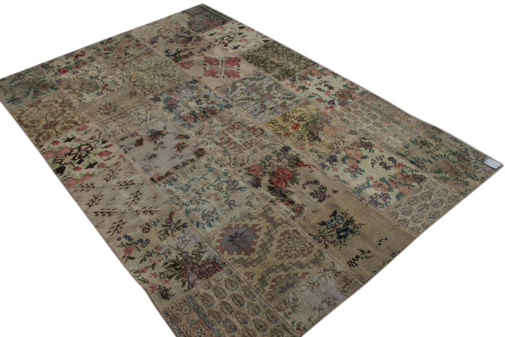 Patchwork vloerkleed uit Turkije 300cm x 200cm, no 3069 gemaakt uit oude Turkse kleden met bloemen.