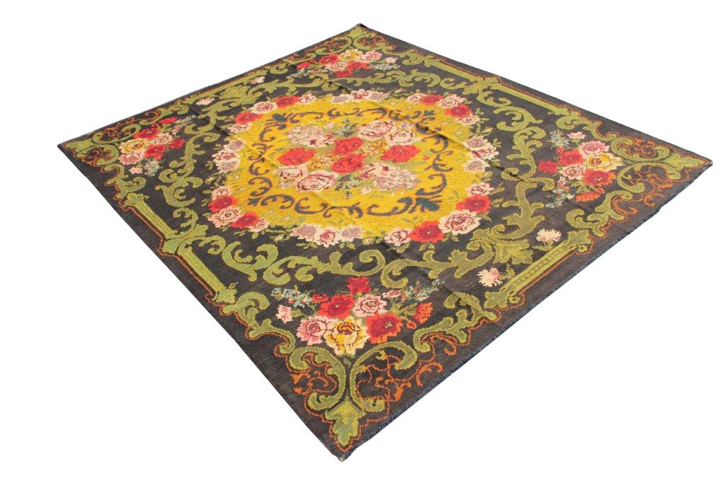 Kelim met rozen nr 3336 (250cm x 291cm) U kunt dit kleed bij ons online bestellen maar u kunt het ook bekijken en eventueel kopen bij Vos Interieur in Groningen.