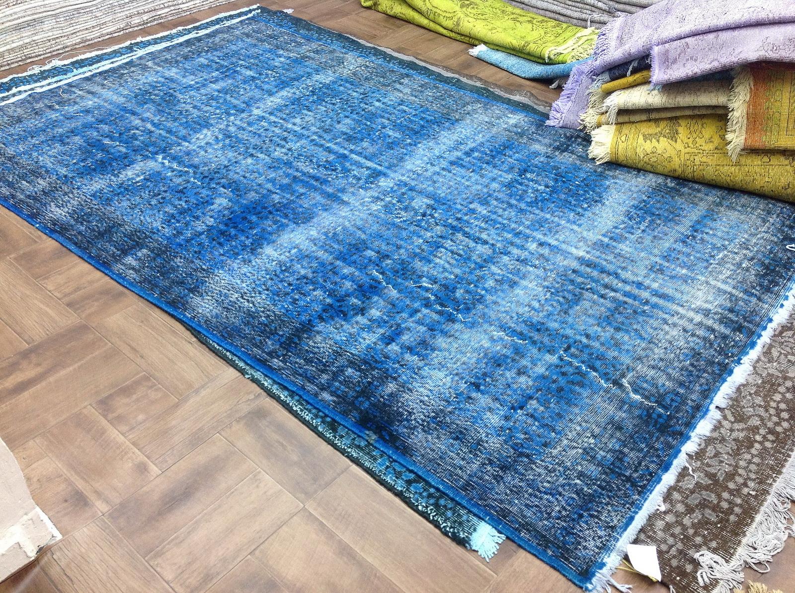 Blauw vintage tapijt no 3544 (280cm x 167cm)  Dit kleed ligt bij Silo 6 in Harderwijk u kunt het wel online bij ons bestellen.