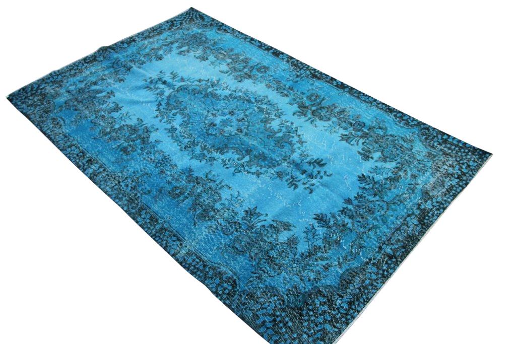 Blauw vintage tapijt no 3545 (270cm x 174cm) vloerkleed wat een nieuwe hippe trendy kleur heeft gekregen.