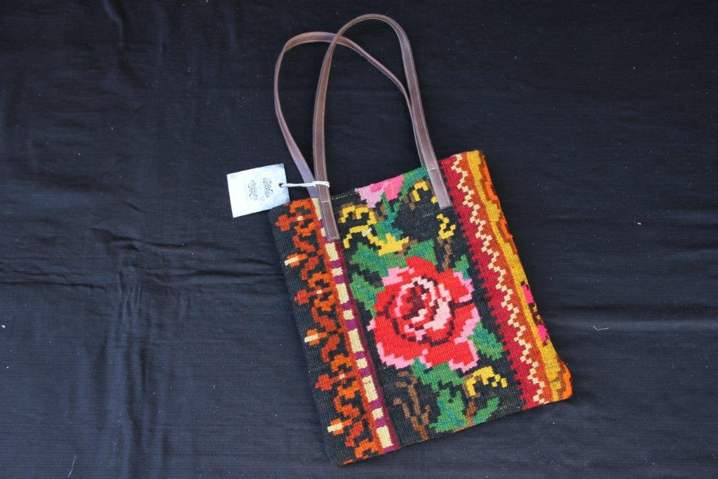 Kelimtas gemaakt van originele rozenkelim stof, tas no 401  28cm wijd, 32cm diep